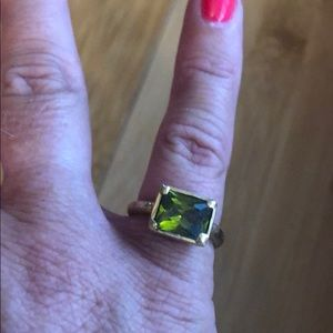 Gorgeous gold ring w/ bright green stone